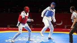Нурлан Домбаев (в синем)