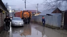 Воду откачивают на затопленной улице