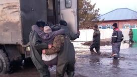 Спасатели эвакуируют жителей