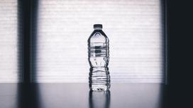 Бутылка стоит на столе