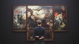 Мужчина смотрит на картины