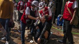 Мужчину приводят в чувства на протестах