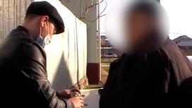 Двое мужчин в черной одежде стоят рядом