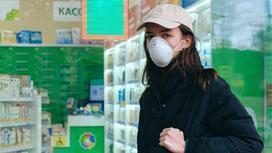 Девушка в маске идет по улице