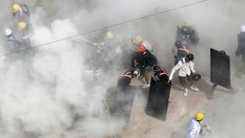 Протестующие в Мьянме в дыму и с щитами