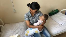 спасенный ребенок на руках у матери