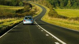 Автомобиль едет по асфальтированной дороге