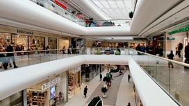 Люди ходят по торговому центру