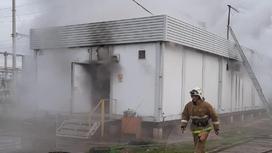 Пожарный на фоне горящего здания
