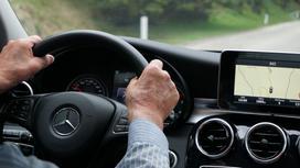 Пожилой мужчина за рулем авто