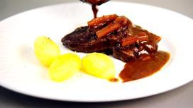 Мясо с картошкой на тарелке