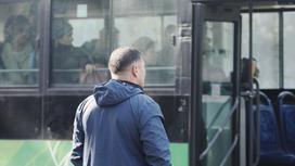 Мужчина ждет автобус