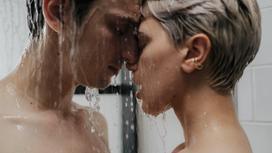 Парень и девушка под душем