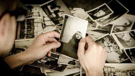 Черно-белые фотографии в руках мучжины