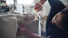 Мужчина занимается изготовление мебели