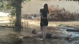 Парень купается в луже в Актау
