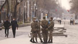 Солдаты стоят на Жибек Жолы