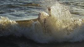 Волны сбили мужчину