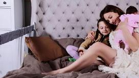 Мерьем Узерли с дочерьми. Фото