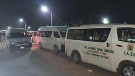 Похищенные школьницы в автобусах у здания правительства