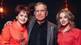 Дарья Александрова с матерью и отчимом