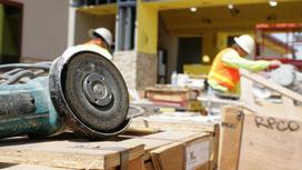 Рабочие трудятся на стройке