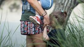 Женщина с детьми на улице