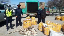 Сотрудники полиции и сумки со шкурами ондатры