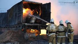 пожарные тушат огонь в вагоне с фосфором