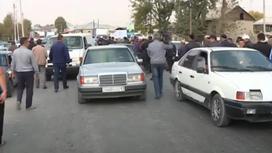 Сельчане перекрыли дорогу в Туркестанской области