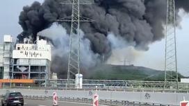 Черный столб дыма над зданием в Германии