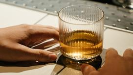 Стакан с алкоголем на столе
