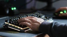 Мужчина играет в компьютер