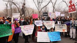 люди с плакатами в Алматы