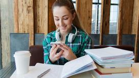 Студентка смотрит в телефон