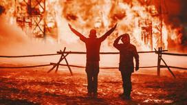 Люди стоят на месте пожара