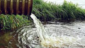 Вода льется из трубы
