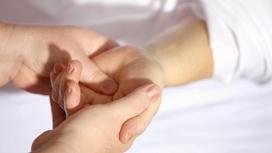 Женщина держит руку ребенка