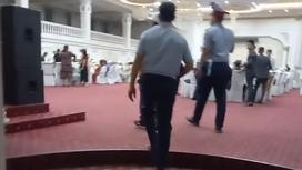 Полицейские входят в зал торжеств