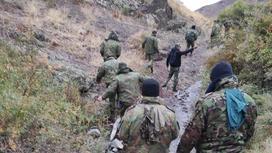 Военные идут по горной тропинке