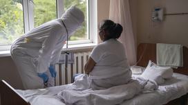 врачи в больничной палате стоит возле пациентки