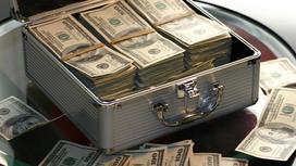 чемодан с долларами стоит на столе