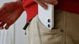 Мужчина достает телефон из кармана