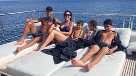 Криштиану Роналду с супругой и детьми