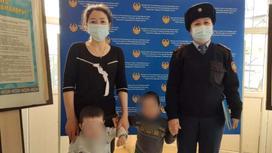 Двое детей позируют для камеры вместе с мамой и ювенальным полицейским