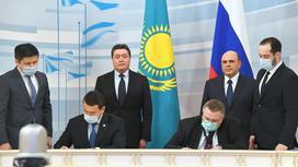 Аскар Мамин и Михаил Мишустин на подписании документов