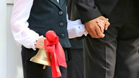 Ребенок держит в руках колокольчик