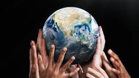 Руки поддерживают земной шар