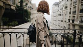 Девушка с зонтом в тренче