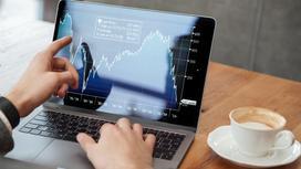 Мужчина знакомится с данными на фондовом рынке